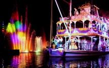 Barco com os personagens no Fantasmic!