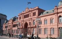 Pessoas em frente à Casa Rosada