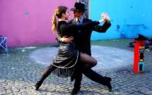 Casal dançando tango no Caminito