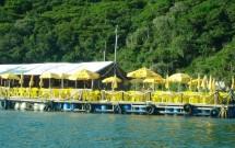 Bar flutuante na Praia do Forno