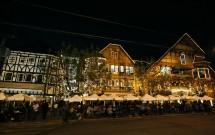 Mesas concorridas do Baden Baden à noite