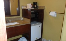Detalhe do frigobar e microondas