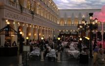 Praça com restaurantes