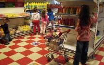 Crianças fazendo compras no Museo de Los Niños