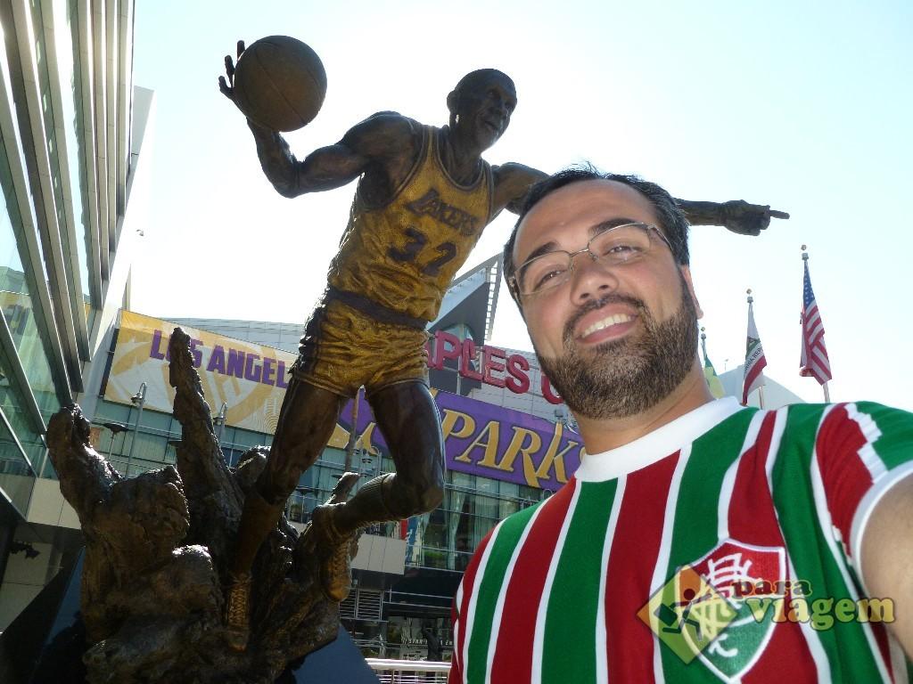 Estátua de Magic Jonhson no Staples Center
