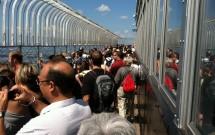 Aglomerado de gente no deck do 86º andar do Empire State