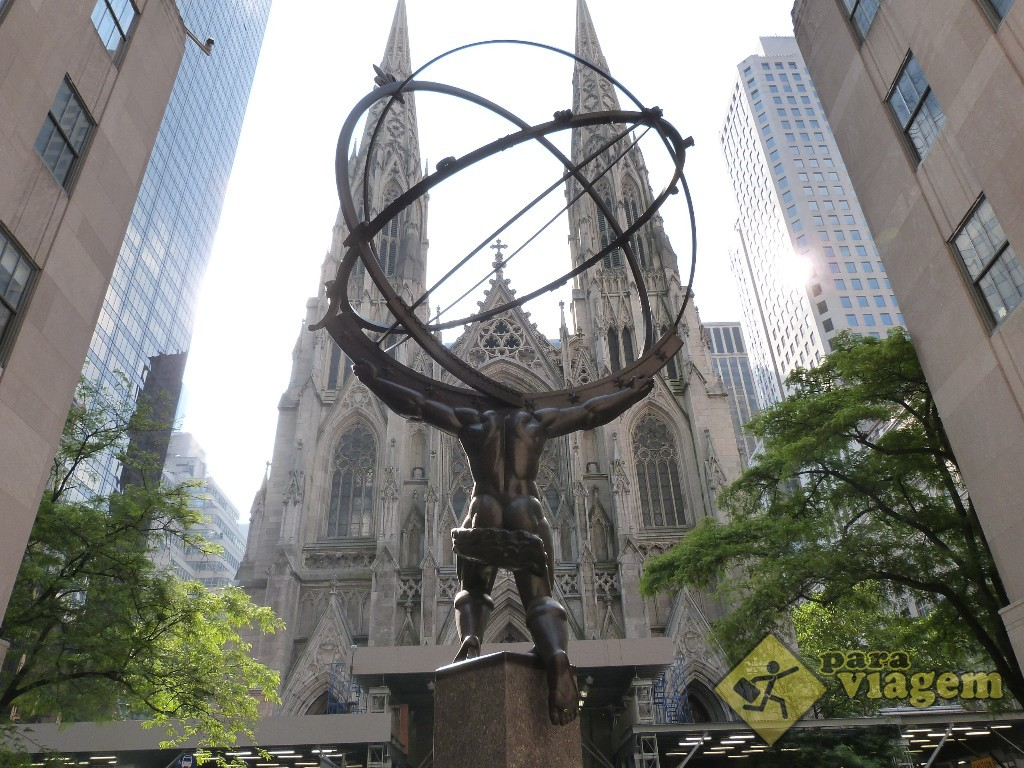 """Estátua do """"Atlas"""". Igreja St. Patrick ao fundo: complexo Rockefeller Center"""