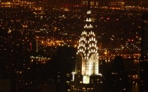 Detalhe do Chrysler Building à noite: vista do Empire State