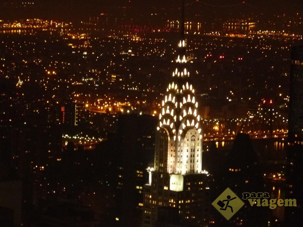 Detalhe do Chrysler Building à noite: vista do Empire State
