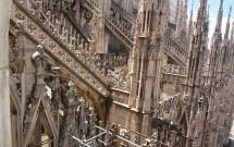 Os detalhes do Duomo visto do terraço