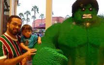 Hulk de LEGO no Downtown Disney