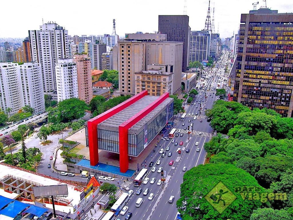 Vista aérea da Avenida Paulista com o MASP no detalhe