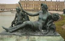 Estátua de bronze e os fundos do Palácio