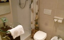 Banheiro do quarto do Be First em Roma