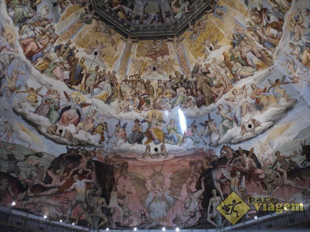 Interior do Duomo. Belo afresco de Vasari retratando o Juízo final