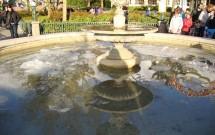 A água congelada da fonte do parque