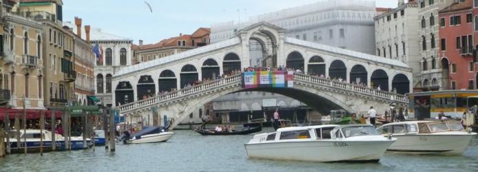 Ponte Rialto sobre o Grande Canal em Veneza