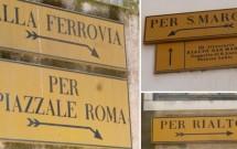 Placas indicando as principais direções em Venezaa