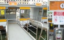 Plataforma de embarque do vaporetto. No detalhe acima, letreiro indicando a linha da embarcação. Abaixo, a máquina para validação do bilhete.