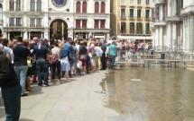 """Aqua alta"" na Praça de San Marco em Veneza"