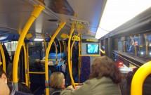 Interior do andar de baixo do ônibus