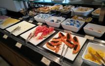 Frutas e Frios no Café da Manhã