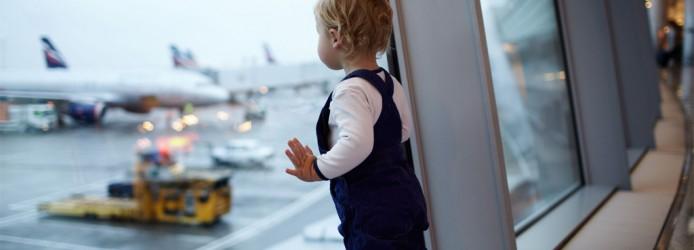 Criança no Aeroporto Aguardando o Embarque