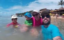 Família com Camisas de Proteção FPU 50+ na Praia de Pipa/RN