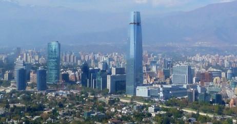 Cidade de Santiago com destaque para a Torre do Costanera Center