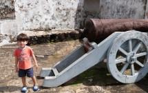 Criança ao lado do Canhão no Forte em Natal