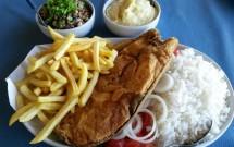 Peixe e Acompanhamentos no Restaurante Mirante dos Golfinhos