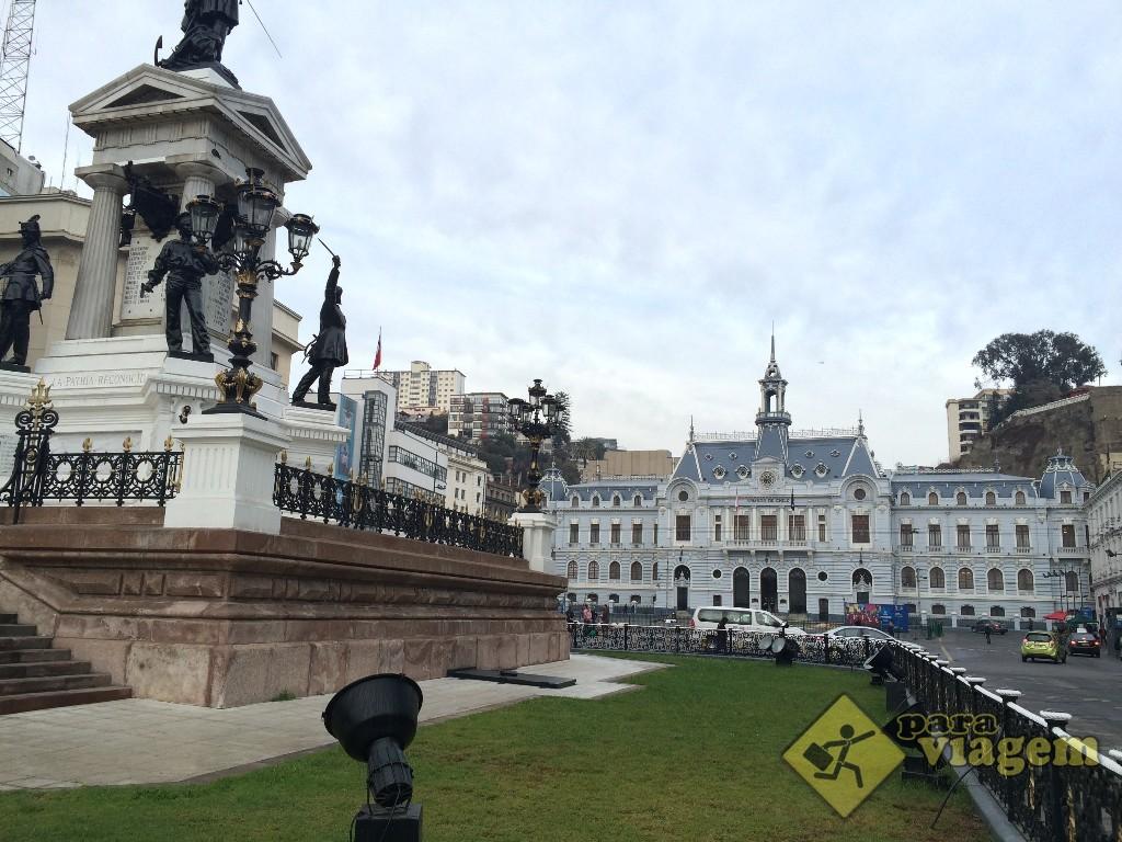 Plaza Sotomayor: Monumento a los Héroes de Iquique e o Prédio da Armada de Chile ao fundo