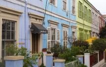 Casas coloridas de zinco em Valparaíso no Chile