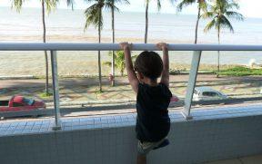 Criança na Varanda do Hotel Blue Sunset