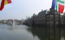 Lago Hofvijver banhando o Binnenhof e o Mauritshuis