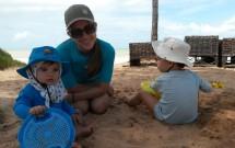 Família Brincando na Praia de Coqueirinho