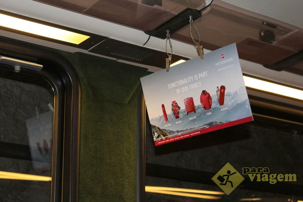 É tão íngreme que a placa pendurada no teto do trem fica assim