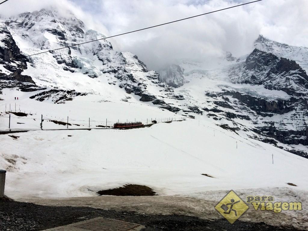 O Jungfraubahnen segue no meio da neve