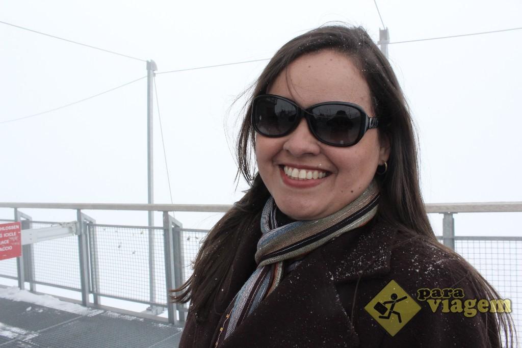 Flocos de neve no cabelo e no casaco
