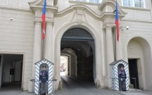 Guaritas na entrada lateral (EL) do castelo