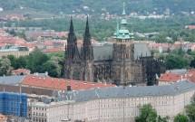 Catedral de São Vito em destaque, numa perspectiva da torre do Monte Petřín