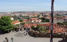 Quem vem de metrô chega a esse ponto: a entrada dos fundos (EF) do castelo. Aqui temos uma bela vista de Praga.