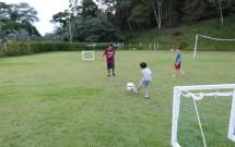 Crianças Jogando Futebol no Campinho