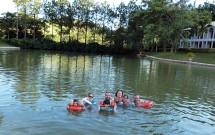 Família Tomando Banho no Lago