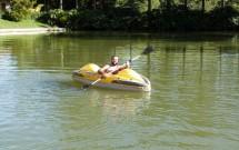 Brincando como Caiaque Inflável no Lago