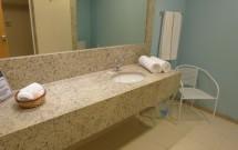 Banheiro Amplo com Longa Bancada e Espelho