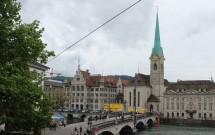 Fraumünster e sua torre em agulha o Stadthaus (à esq. da igreja)