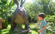Criança se Divertindo no Vale dos Dinossauros