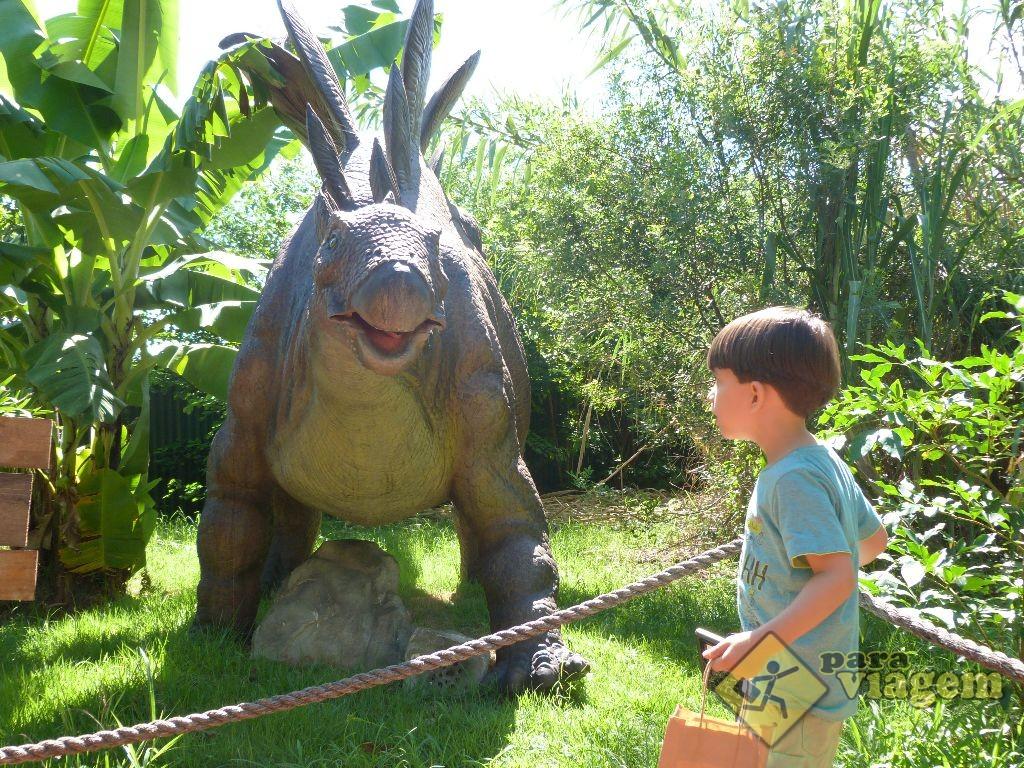 Crianças Se Divertindo No Parque: Criança Se Divertindo No Vale Dos Dinossauros
