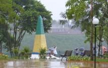 Marco das Américas em Dia de Chuva